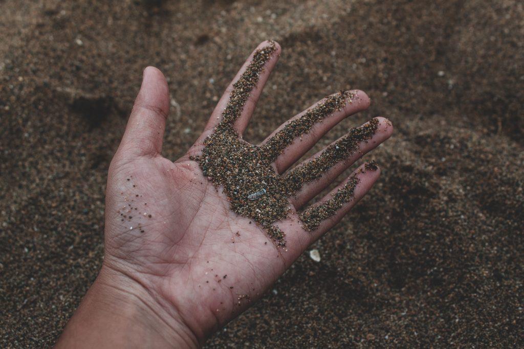hand med jord